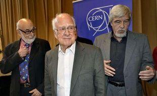 Le physicien britannique Peter Higgs, entouré du physicien belge François Englert, à gauche, et du directeur général du Cern, le 4 juillet 2012