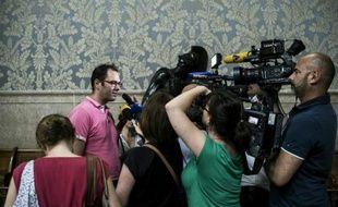 """Un membre de l'association """"La Parole Liberee"""" Francois Devaux (gauche) répond à la presse le 10 juin 2016 après que la cour d'appel de Lyon a décidé de ne pas prescrire les abus sexuels reprochés au prêtre lyonnais Bernard Preynat"""