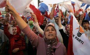 Des partisans du parti du Premier ministre Erdogan fête le succès de l'AKP aux législatives, le 22 juillet 2007.