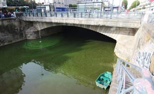 Illustration de la Vilaine prenant des teintes vertes en raison d'une forte concentration en cyanobactéries. Ici à Rennes.