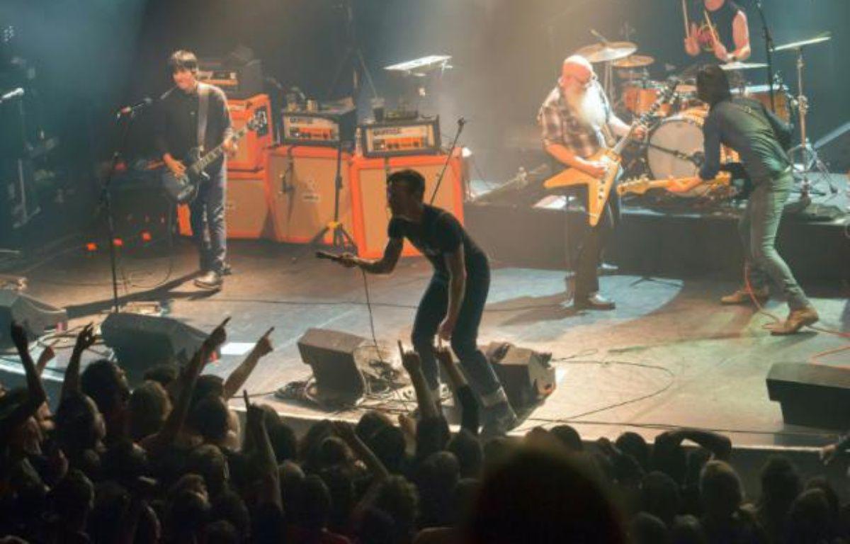 Le groupe Eagles of Death Metal sur la scène du Bataclan peu avant l'attaque terroriste le 13 novembre 2015 à Paris – Marion Ruszniewski Rock&Folk