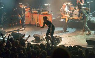 Le groupe Eagles of Death Metal sur la scène du Bataclan peu avant l'attaque terroriste le 13 novembre 2015 à Paris