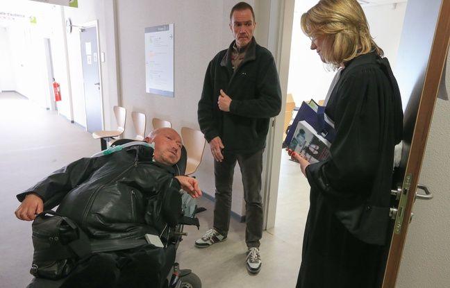 Marcel Nuss, président de l'Appas (à gauche), un membre de l'association (c) et maître Caroline Zorn, avocate de l'association. Strasbourg le 06 mars 2015.