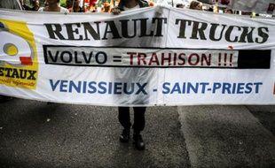 """Des employés de Renault Trucks brandissent une bannière où on peut lire """"Volvo = Trahison !!!"""" lors d'une manifestation le 16 juin 2015 à Lyon, pour protester contre les suppressions de postes."""