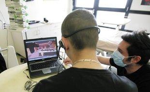 Nicolas, à droite, accompagne chaque patient dans la création de son avatar.