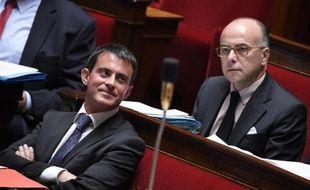 Le ministre de l'Intérieur Bernard Cazeneuve (d) et le Premier ministre Manuel Valls (g) lors des questions au gouvernement à l'Assemblée Nationale le 10 septembre 2014