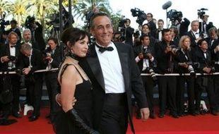 """Tandis que son époux Thierry Ardisson est à Cannes pour la première fois en tant que producteur de cinéma, son épouse Béatrice veut """"poétiser la Croisette"""". Mme Ardisson rêve de mettre en place une flotte de pousse-pousses pour éviter aux festivaliers d'arpenter plusieurs fois par jour les trois kilomètres de promenade."""