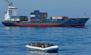 Des migrants sur une embarcation au large de la Libye, le 22 avril 2015.