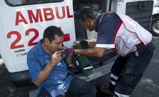 Un ambulancier vient en aide à un passant à Mexico, après qu'un tremblement de terre a frappé la région d'Acapulco, le 20 mars 2012. La réplique a été ressentie jusque dans la capitale.