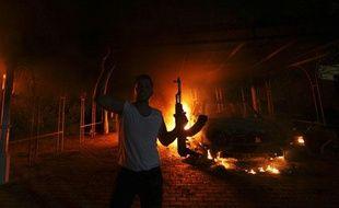 Un manifestant devant le consulat américain de Benghazi (Libye) en flammes, le 11 septembre 2012.