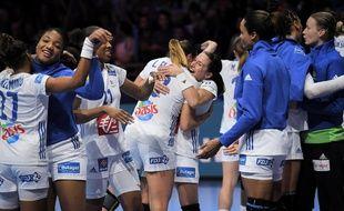 La joie des Françaises à la fin du succès (38-28) face à la Serbie.