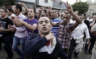Vingt personnes ont été tuées mercredi au Caire lors d'affrontements entre des manifestants hostiles au pouvoir militaire et des assaillants, faisant brusquement monter la tension politique et amenant plusieurs candidats à la présidentielle à suspendre leur campagne.