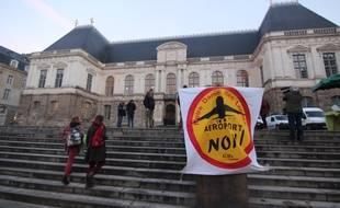 Un rassemblement d'opposants au projet d'aéroport de Notre-Dame-des-Landes devant le Parlement de Bretagne à Rennes, en janvier 2015.