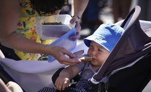 Un apport élevé en sucre peut augmenter le risque de surpoids et de caries dentaires chez les bébés.