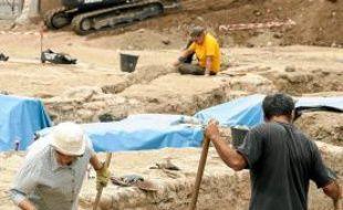 Les fouilles ont lieu entre le resto U et le Canal de Brienne.