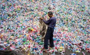 Un ouvrier chinois dans une usine de recyclage des plastiques dans le village de Dong Xiao Kou  le 17 septembre 2015.
