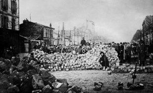 Photographie datée du 18 mars 1871 d'une barricade, rue d'Allemagne et rue Sébastopol, pendant la Commune de Paris.