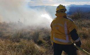 Un pompier intervient sur un feu de broussailles à Tourrettes-sur-Loup, en janvier 2019