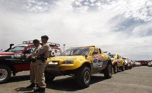 Des fonctionnaires argentins surveillent le parc des voitures avant le grand départ samedi 3 janvier.