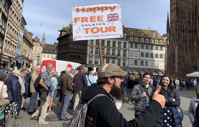 Un guide Happy Free Tour au pied de la cathédrale. Strasbourg le 10 septembre 2019.