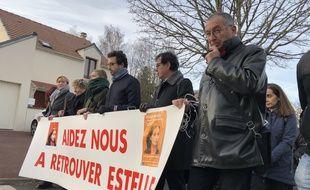 Guermantes (Seine-et-Marne), le 11 janvier 2020. Eric Mouzin (au premier plan, à droite) mène la marche en souvenir de sa fille, Estelle, disparue le 9 janvier 2003.