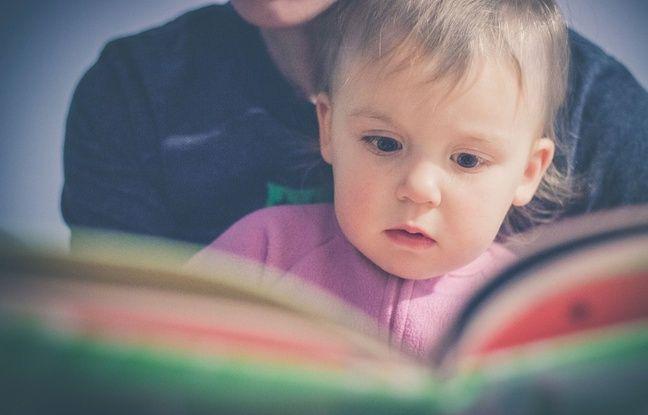 Illustration d'un parent qui lit une histoire avec un enfant.
