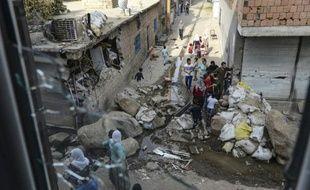 Des habitants de la ville de Cizre(sud-est) sortent dans la rue après huit jours de couvre-feu, le 12 septembre 2015 en Turquie