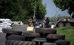 Des soldats ukrainiens prennent position à un checkpoint près de Slaviansk, le 4 mai 2014