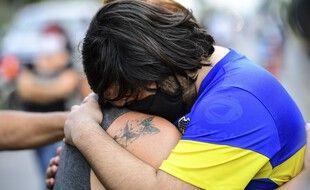 Un supporter de Boca Juniors en larmes après l'annonce de la mort de Diego Maradona.