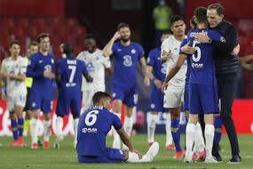 Thomas Tuchel félicite ses joueurs après la qualification de Chelsea, face à Porto, pour le dernier carré de la Ligue des Champions, à Séville le 13 avril 2021.