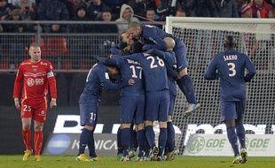 Les joueurs du PSG se congratulent lors de leur victoire àValenciennes, le 11 décembre 2012.