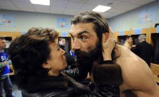 La Ministre des sports Roselyne Bachelot embrasse Sébastien Chabal après le match France Australie au Stade de France, le 22 novembre 2008.
