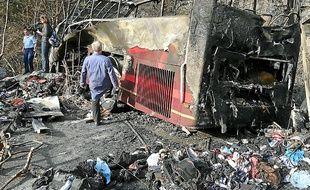 Les gendarmes et les pompiers sont intervenus sur place, tandis que les passagers étaient conduits à la caserne.