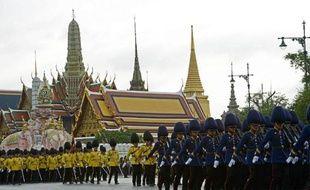 Une parade militaire au Palais Royal à l'occasion du 87e anniversaire du roi Bhumibol Adulyadej, le 2 décembre 2014 à Bangkok