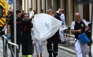 Intervention des pompiers après l'explosion d'un colis piégé à Lyon, le 24 mai 2019. Sept personnes ont été blessées.