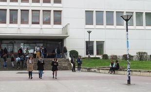 Des étudiants de l'université de Nantes sur le campus du Tertre.