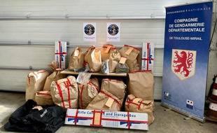Saisie de drogue, d'armes et de véhicules lors du démantèlement d'un trafic de drogue à l'ouest de Toulouse.