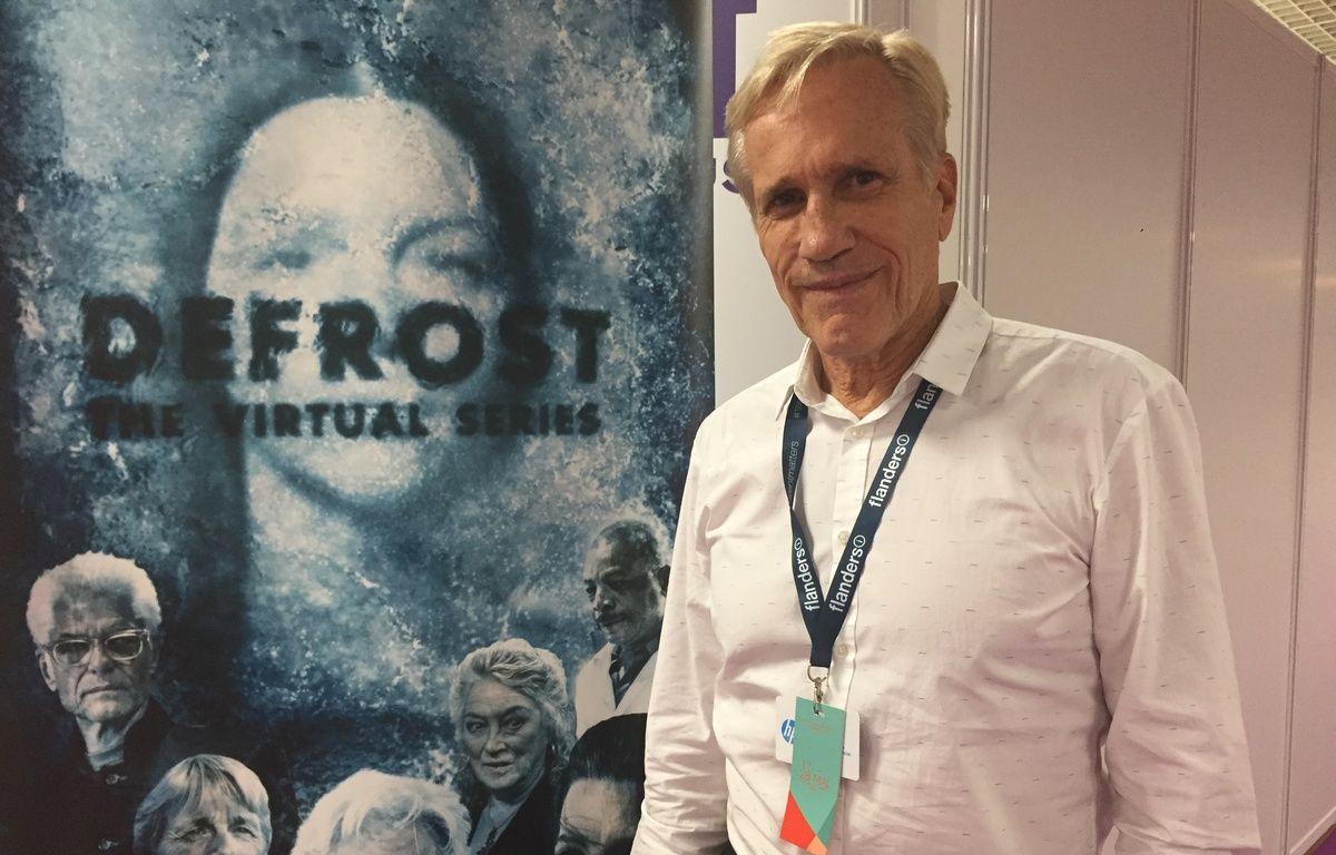 Randal Kleiser devant l'affiche de sa série Defrost – Caroline Vié