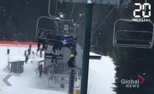 Au Canada, des skieurs sauvent un enfant qui allait chuter du télésiège.