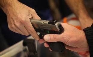 Photo d'illustration d'essai d'une arme dans une armurerie.