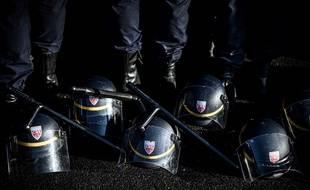 Une centaine de CRS ont déposé casques et matraques à leurs pieds pour demander le maintien du régime spécifique des policiers