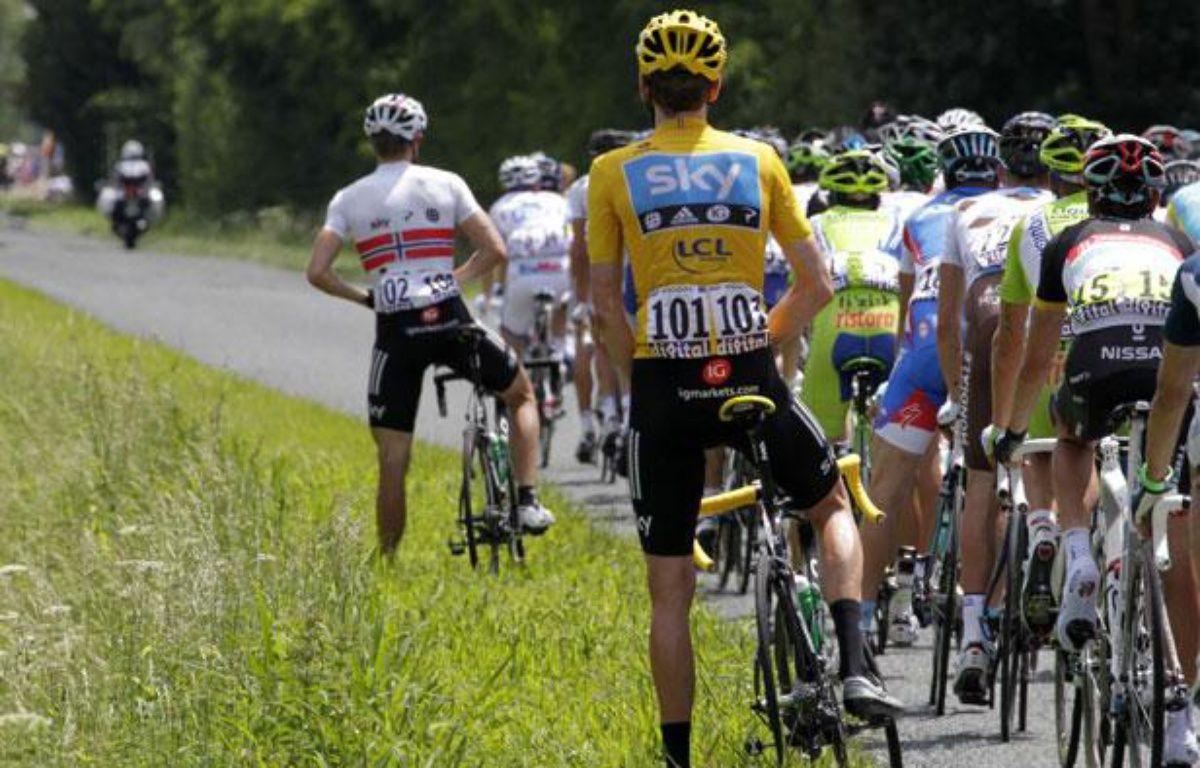 Le maillot jaune du Tour de France, Bradley Wiggins, urine sur le bord de la route, le 11 juin 2012. – JOEL SAGET / AFP