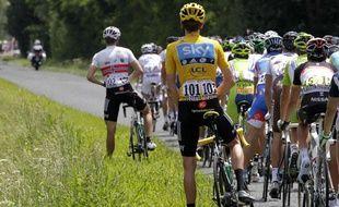 Le maillot jaune du Tour de France, Bradley Wiggins, urine sur le bord de la route, le 11 juin 2012.