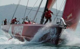 """Le voilier néo-zélandais Camper, qui a """"soufflé"""" la première place à son adversaire français Groupama 4 dans la 4e étape de la Volvo Ocean Race, progressait péniblement mardi en mer de Chine, contre le vent et une mer toujours forte."""