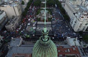 Vue aérienne montrant des militants anti-avortement (à droite) et des défenseurs des droits à l'avortement (à gauche) rassemblés devant le Congrès argentin alors que les sénateurs débattent d'un projet de loi historique sur la légalisation de l'avortement à Buenos Aires, le 29 décembre 2020.