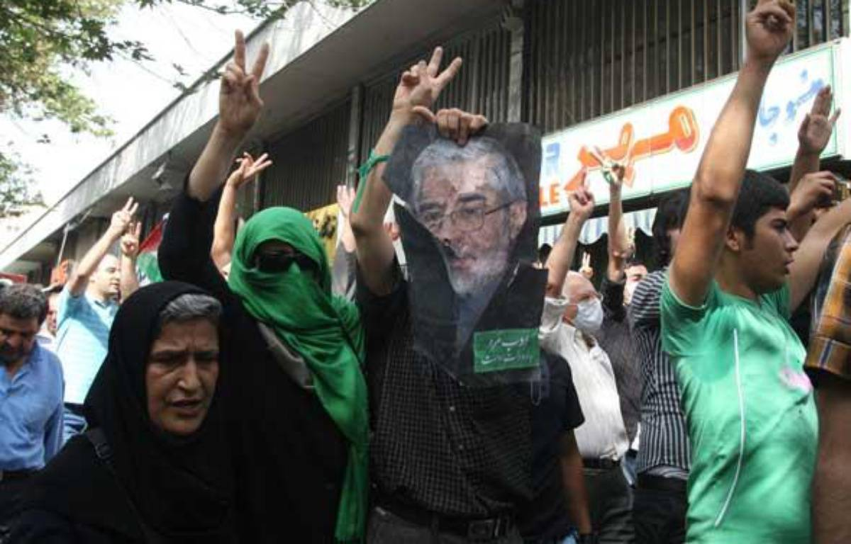 Des partisans de l'opposition manifestent à Téhéran le 18 septembre 2009. – AFP PHOTO/ATTA KENARE