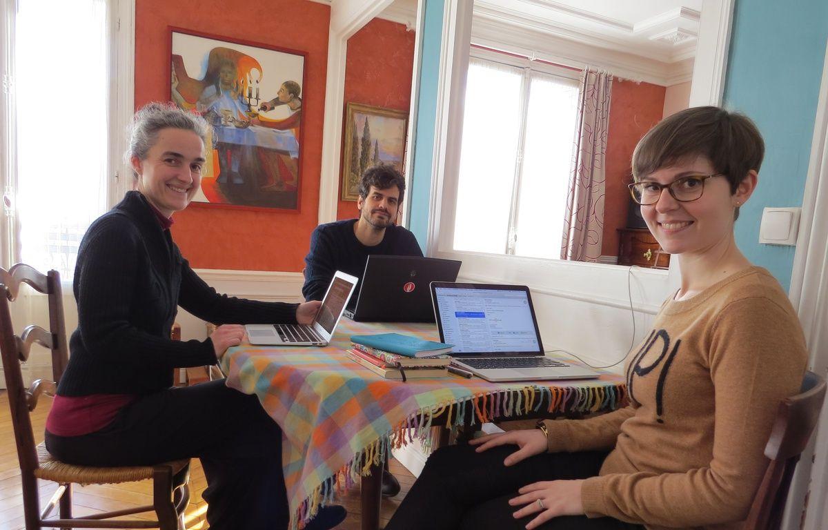 Laura Choisy (première en partant de la droite), cofondatrice de Cohome lors d'une journée de travail organisée dans l'appartement de Claire (à gauche) le 16 février 2016. – F. Pouliquen / 20 Minutes