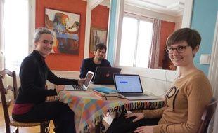Laura Choisy (première en partant de la droite), cofondatrice de Cohome lors d'une journée de travail organisée dans l'appartement de Claire (à gauche) le 16 février 2016.