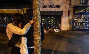 Un couple devant le Bataclan, le 13 novembre 2020