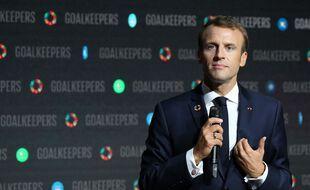Emmanuel Macron porte la broche emblème du programme «Objectifs de développement durable» de l'ONU le 26 septembre 2018, lors d'un événement organisé par la fondation Bill et Melinda Gates à New York.